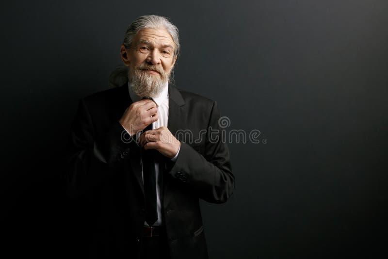 Portret starszy mężczyzna w czarnym kostiumu i białej koszula zdjęcie royalty free