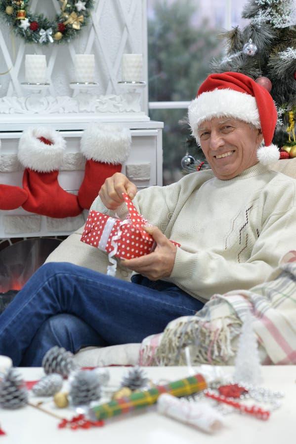 Portret starszy mężczyzna z Bożenarodzeniowym prezentem obraz stock