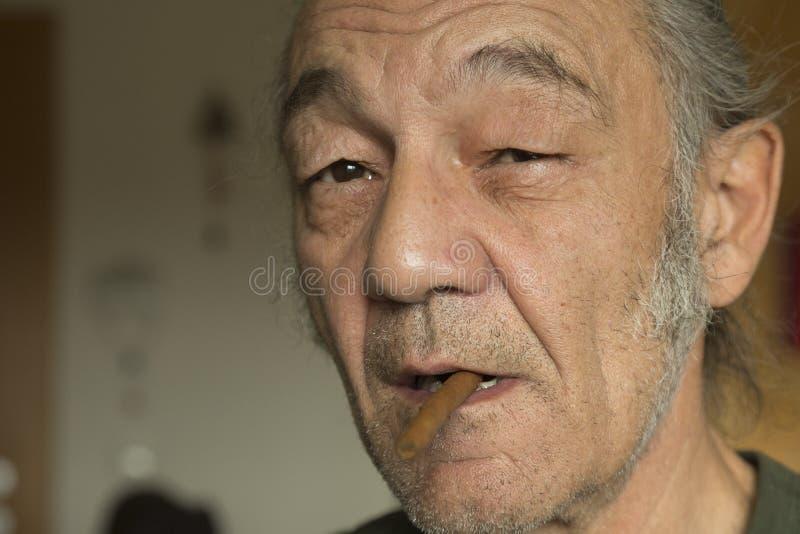 Portret starszy mężczyzna z cigarillos zdjęcie stock