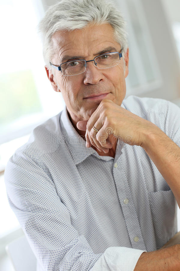 Portret starszy mężczyzna z eyeglasses fotografia stock