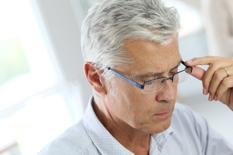 Portret starszy mężczyzna z popielatym włosy obraz stock