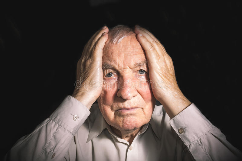 Portret starszy mężczyzna z twarzą zamykał rękami fotografia royalty free