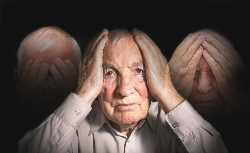 Portret starszy mężczyzna z twarzą zamykał rękami zdjęcie stock