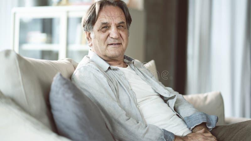 Portret starszy m??czyzna w domu zdjęcia royalty free