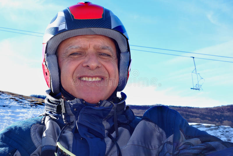 Portret starszych osob Uśmiechniętego mężczyzna hełma Narciarski śnieg obrazy stock