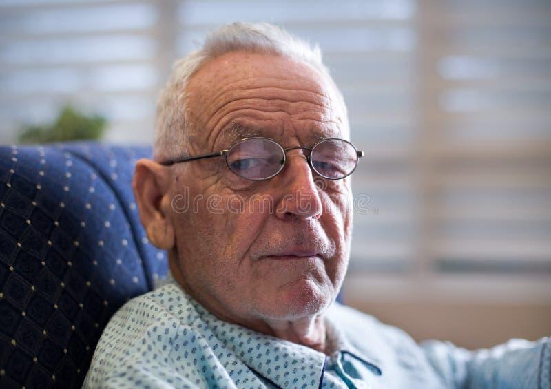 Portret stary człowiek na kanapie obraz royalty free
