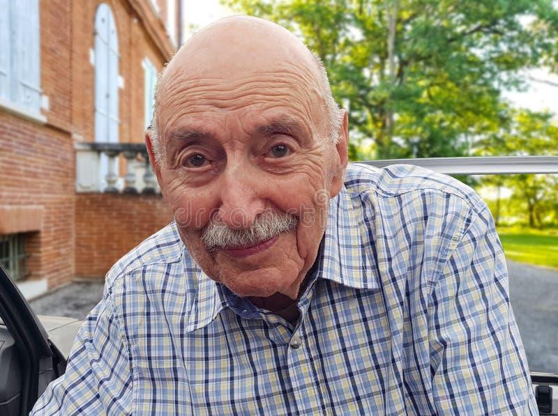 Portret stary człowiek, szczęśliwy emeryt dostaje z samochodu zdjęcie royalty free