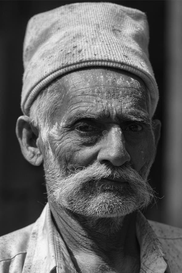 Portret stary człowiek z Ciepłą nakrętką na jego głowie przy nandgaon, Uttarpradesh, India obraz royalty free