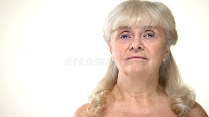 Portret starzejÄ…ca siÄ™ kobieta z nagimi ramionami, kosmetologia, starzenia siÄ™ skincare obrazy royalty free