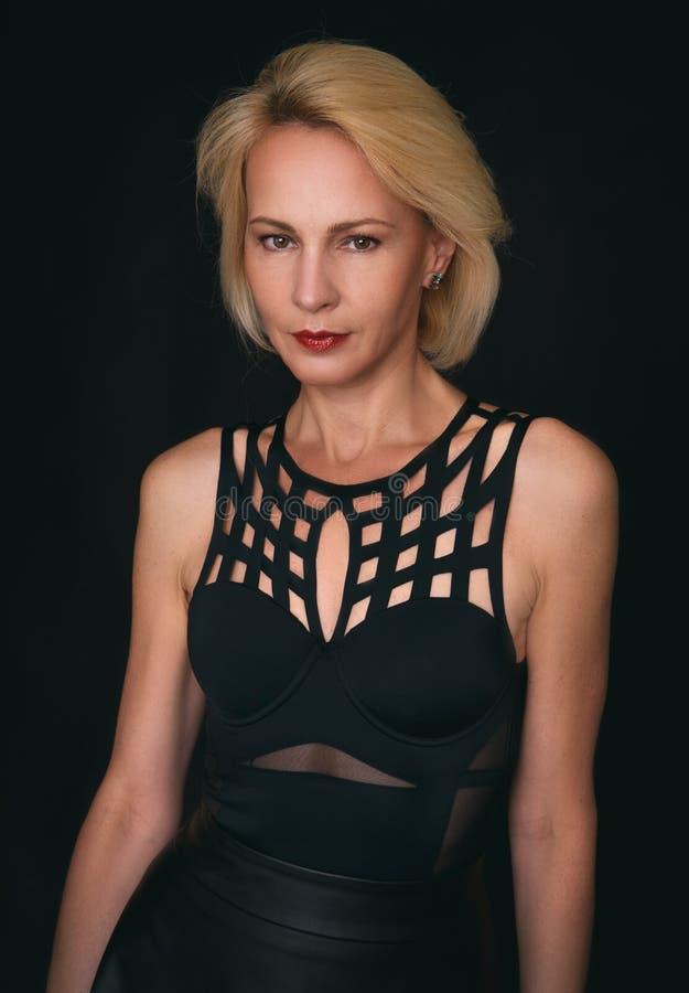 portret starzejąca się piękna odosobniona środkowa biała kobieta zdjęcia stock