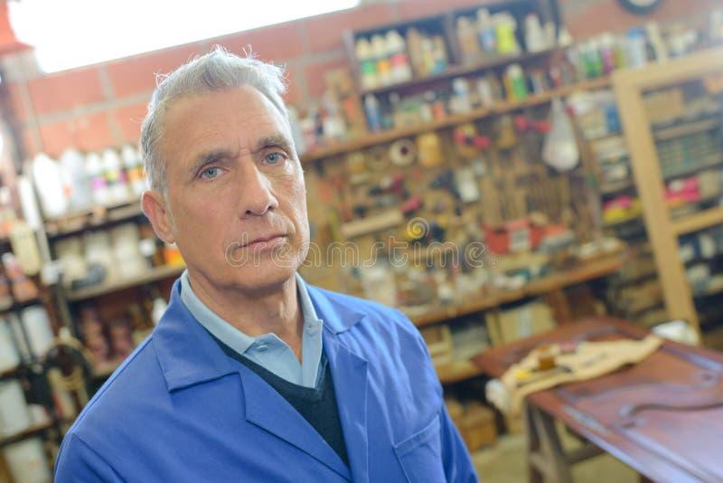 Portret starzejący się cieśla przy pracą obraz royalty free