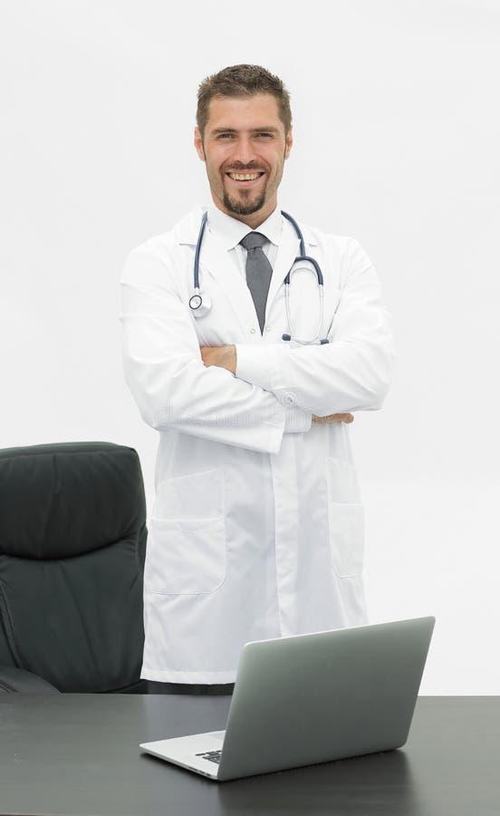 Portret stoi blisko desktop doktorski lekarz obrazy stock