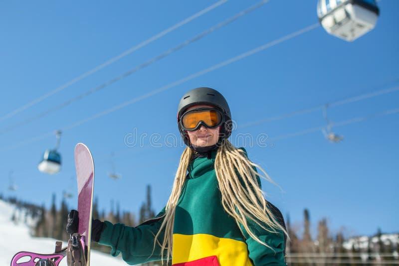 Portret stoi outdoors trzymać snowboard żeński snowboarder sport obraz stock