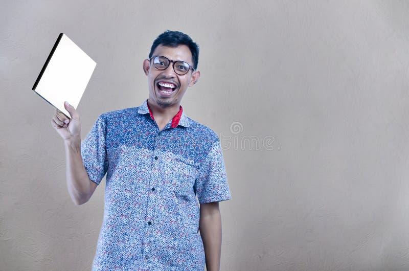 Portret studenccy używa szkła stoi z książką fotografia zdjęcia stock