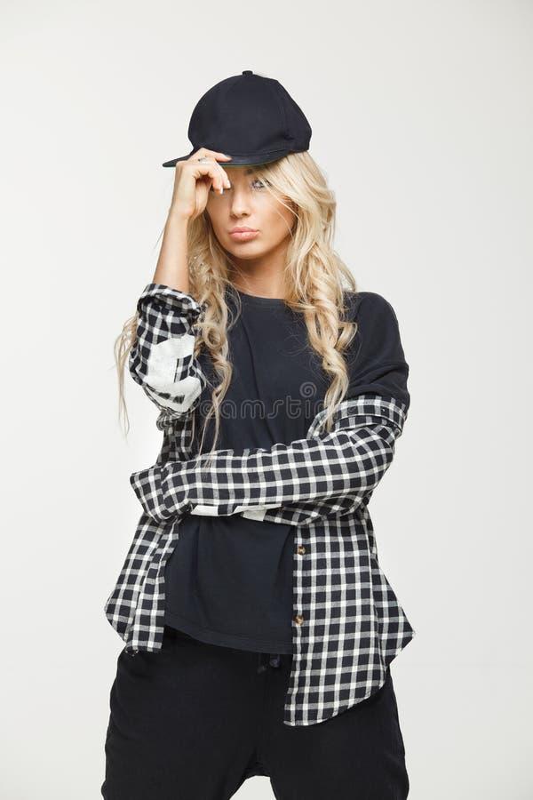 Portret studencka dziewczyny mienia ręki naliczka nakrętka na białym tle swag strzelający modna kobieta zdjęcia royalty free