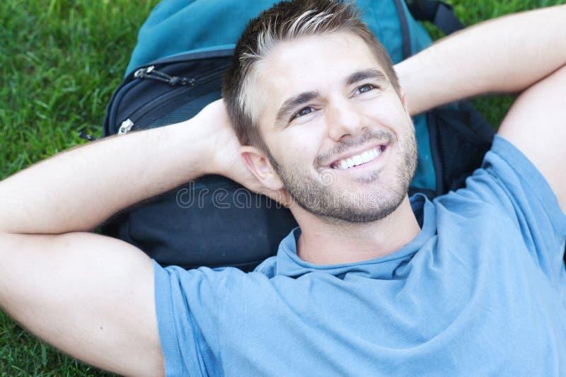 Portret studenta collegu lying on the beach w trawie fotografia royalty free