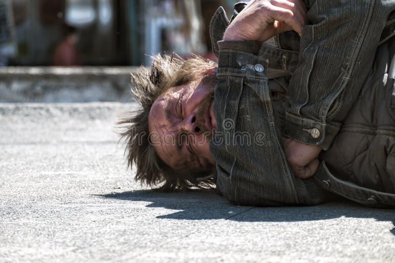 Portret sypialny bezdomny opój fotografia royalty free