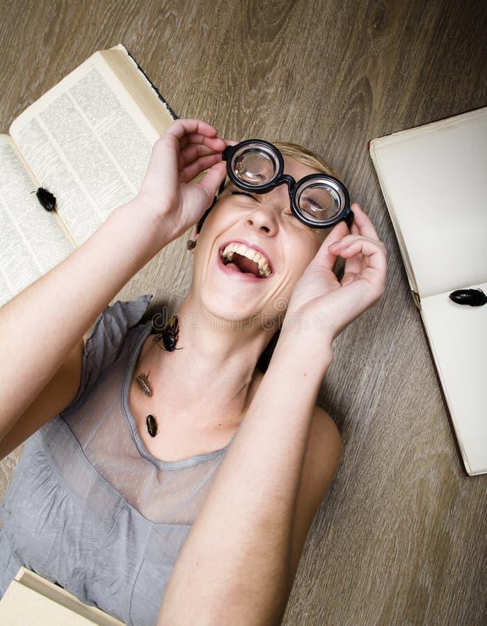 Portret szalony uczeń w szkłach z książkami i karakanami zdjęcia stock