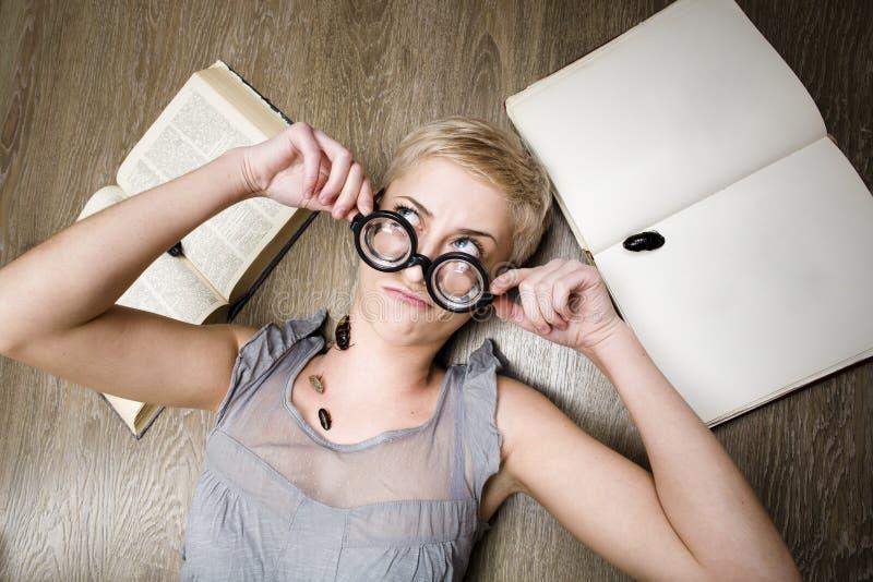Portret szalony uczeń w szkłach z książkami i karakanami zdjęcie stock