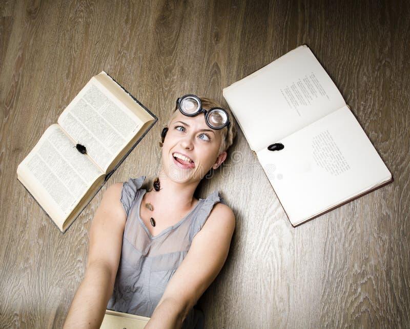 Portret szalony uczeń w szkłach z książkami i karakanami obraz royalty free