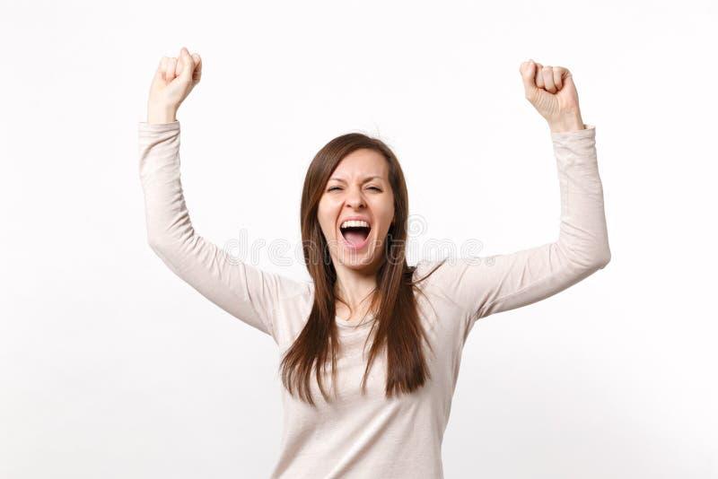 Portret szczęśliwa krzycząca młoda kobieta w światła wydźwignięcia odzieżowych rękach, robi zwycięzcy gestowi odizolowywającemu n obrazy stock