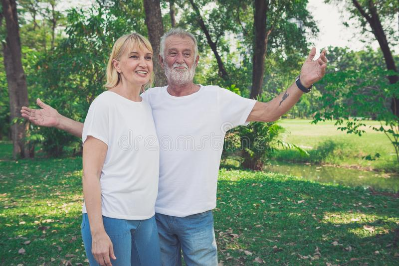Portret szczęśliwa starsza para w parku obraz stock