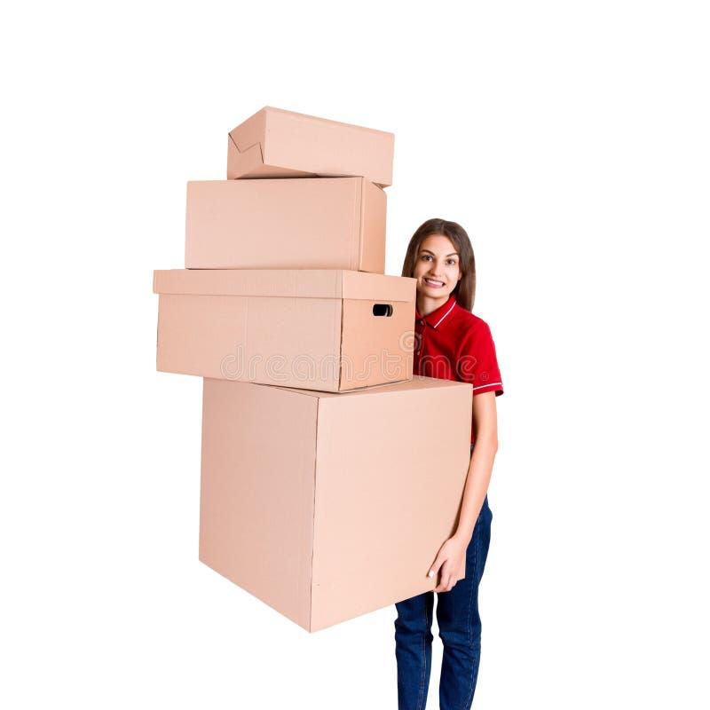 Portret szczęśliwa uśmiechnięta doręczeniowa kobieta z rozsypiskiem duzi pudełka odizolowywający na białym tle zdjęcia royalty free