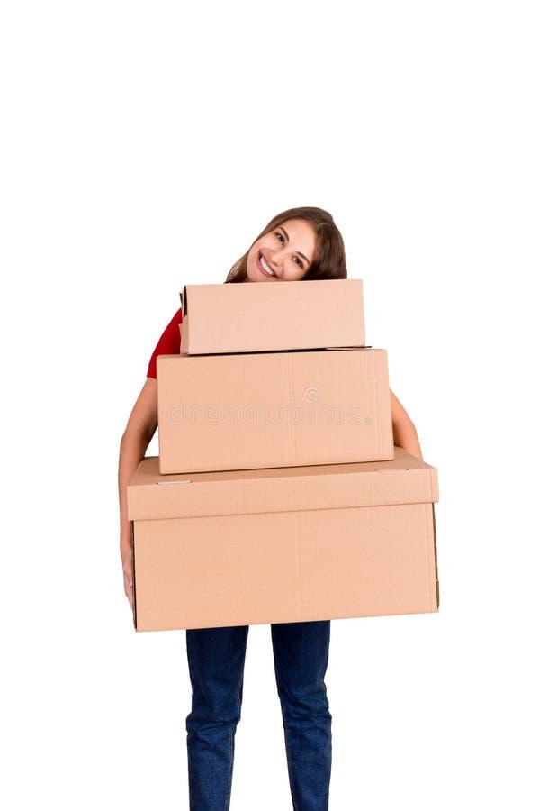 Portret szczęśliwa uśmiechnięta doręczeniowa kobieta z rozsypiskiem duzi pudełka odizolowywający na białym tle zdjęcie stock