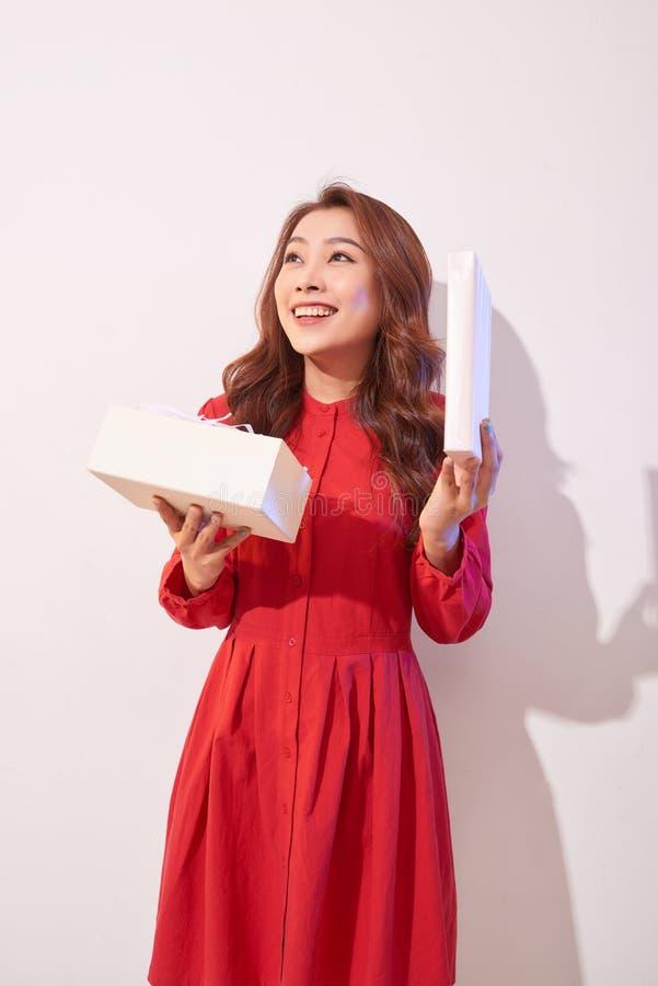 Portret szczęśliwa uśmiechnięta dziewczyna otwiera prezenta pudełko nad białym tłem zdjęcie royalty free