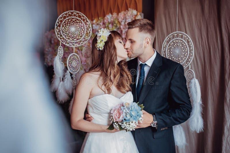 Portret szczęśliwy młody państwo młodzi w klasycznym wnętrzu blisko wymarzonych łapaczy Dzień ślubu, miłość temat Pierwszy dzień  obrazy stock