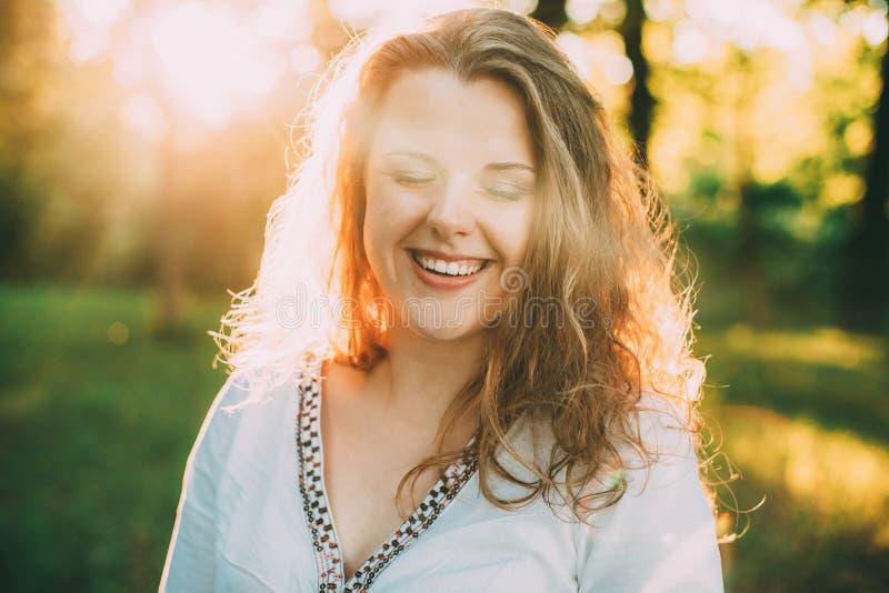 Portret Szczęśliwy Młody Piękny Plus Wielkościowa Kaukaska dziewczyny kobieta Ubierająca W Białej bluzce I Cieszy się życie Dosyć fotografia stock