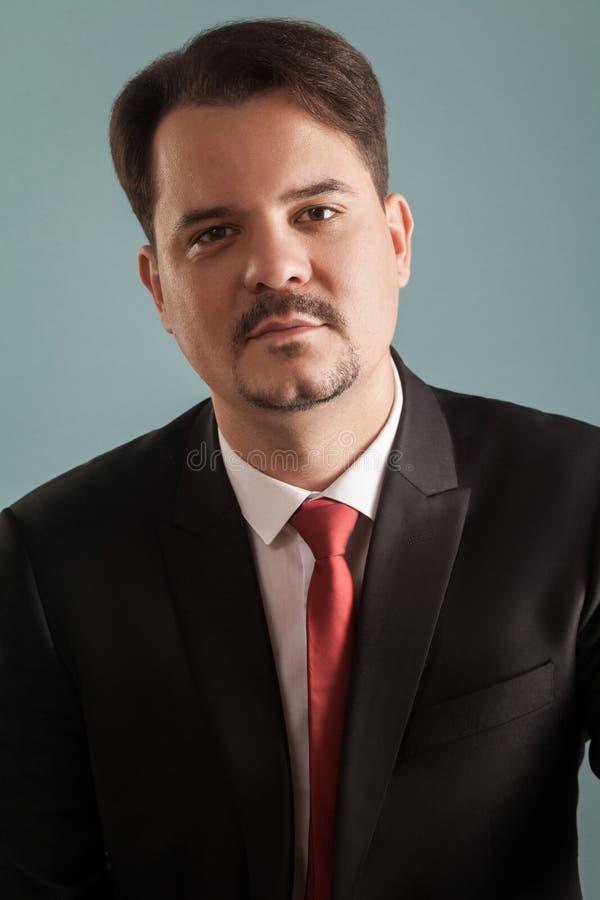 Portret szczęście biznesowy mężczyzna patrzeje kamerę zdjęcia royalty free