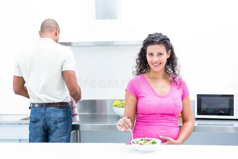 Portret szczęśliwa żona z mężem pomaga w kuchni obrazy royalty free