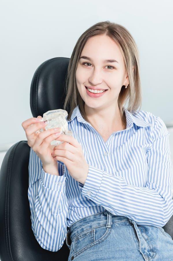 Portret szczęśliwa atrakcyjna dziewczyna w stomatologicznym krześle Roześmiana dziewczyna przy dentysty spotkaniem z szczęka mode obrazy royalty free