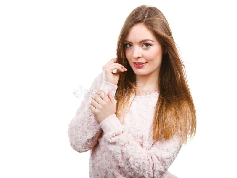 Portret szczęśliwa atrakcyjna kobieta jest ubranym lekką bluzę fotografia stock