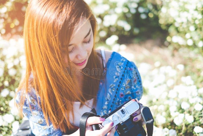 Portret Szczęśliwa Azjatycka kobiety mienia kamera obrazy royalty free