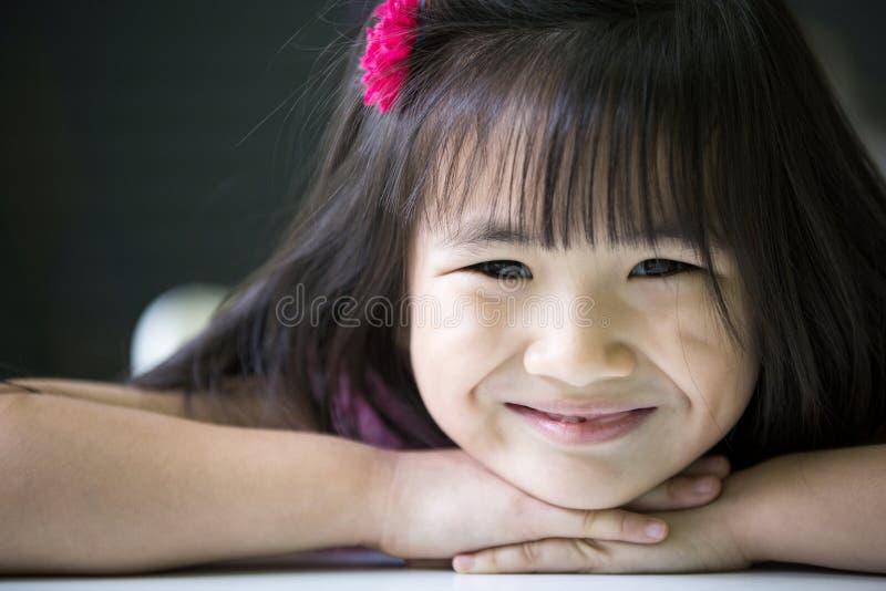 Download Portret Szczęśliwa Azjatykcia śliczna Dziewczyna Obraz Stock - Obraz złożonej z świeży, szczęśliwy: 53779313
