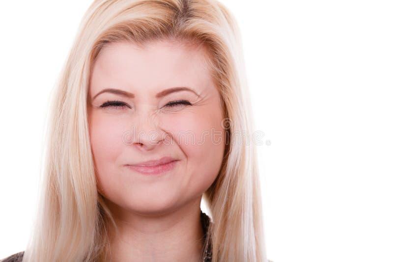 Portret szczęśliwa blondynka, czaruje mrugający kobiety obraz royalty free