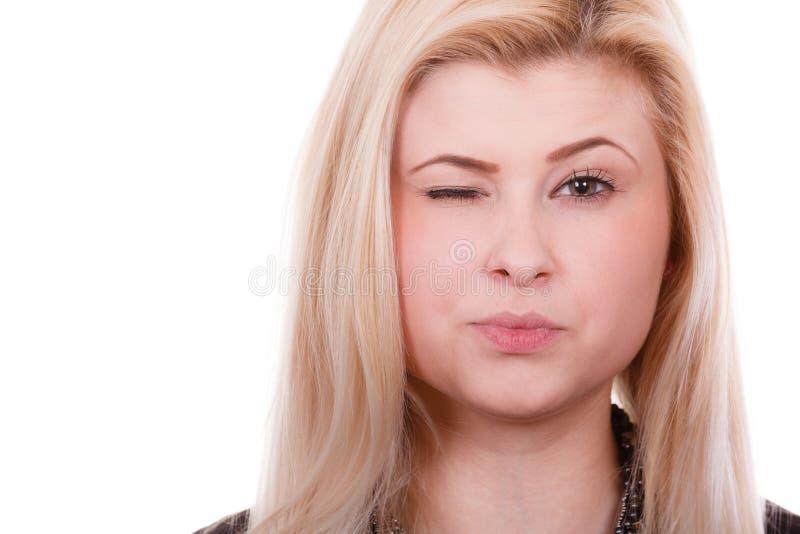 Portret szczęśliwa blondynka, czaruje mrugający kobiety zdjęcia stock