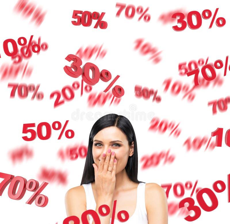 Portret szczęśliwa brunetki dama w białym podkoszulku bez rękawów który marzy o rabatach Czerwone odsetek oceny latają wokoło th fotografia stock
