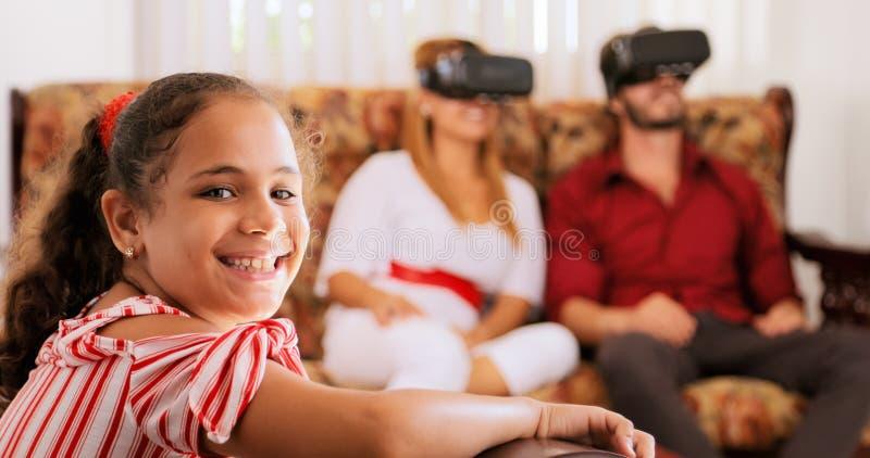 Portret Szczęśliwa córka I rodzice Bawić się rzeczywistość wirtualną obraz royalty free
