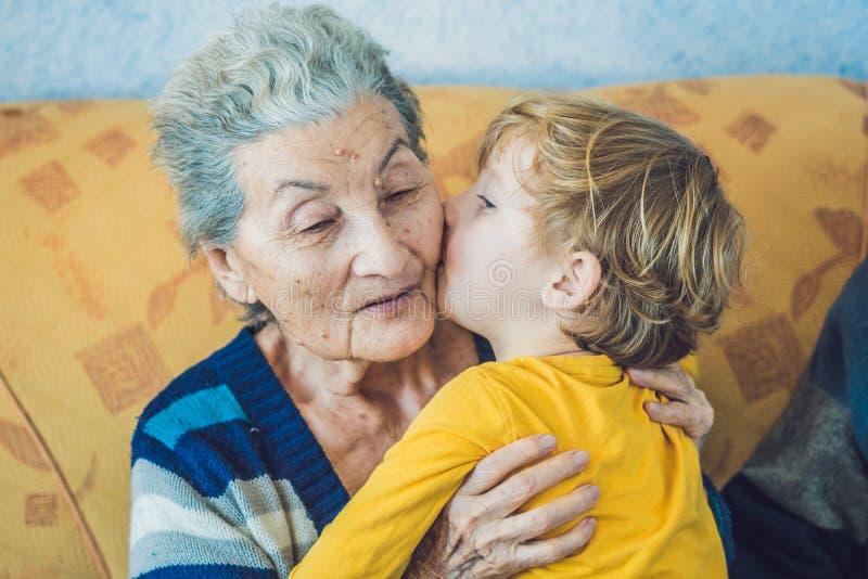 Portret Szczęśliwa chłopiec Całuje Szczęśliwej babci fotografia royalty free