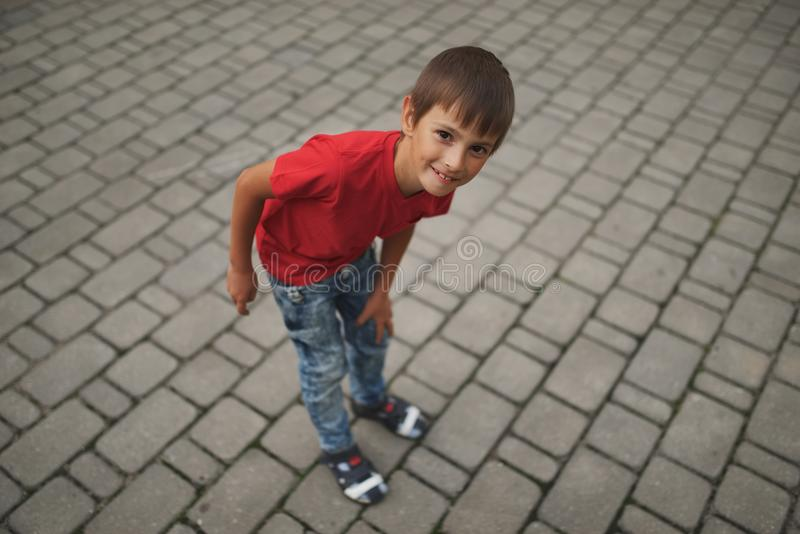 Portret szczęśliwa chłopiec outdoors zdjęcia stock