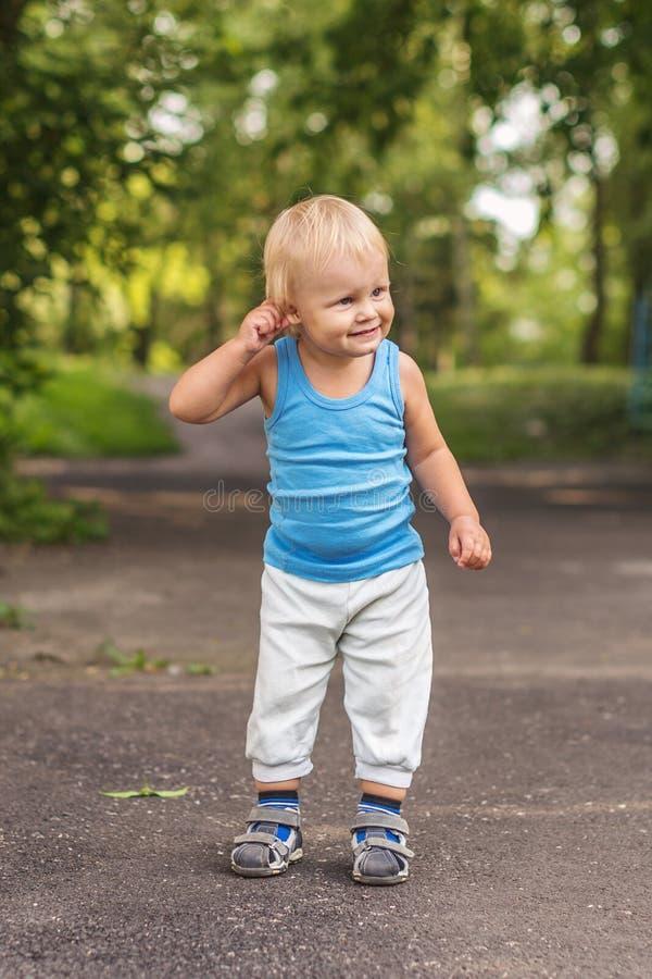 Portret szczęśliwa chłopiec w parku. obrazy stock