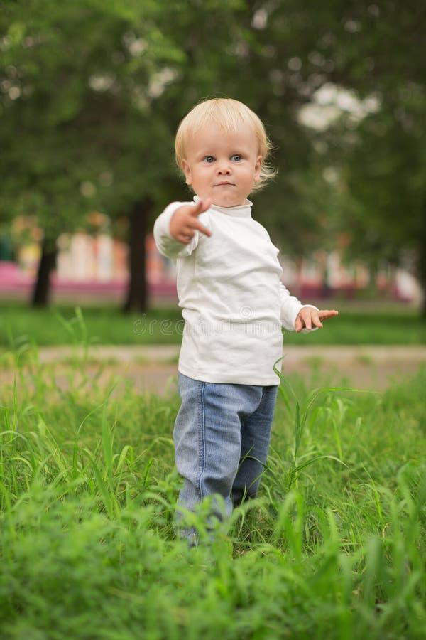 Portret szczęśliwa chłopiec w zielonym parku zdjęcia stock