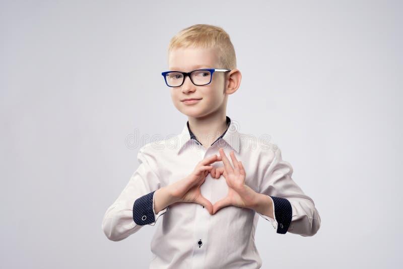 Portret szczęśliwa chłopiec z kierowym kształtem odizolowywającym na białym tle fotografia stock