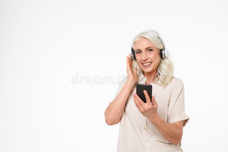 Portret szczęśliwa dojrzała kobieta słucha muzyka obraz stock