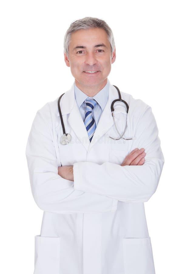 Portret szczęśliwa dojrzała samiec lekarka zdjęcie stock