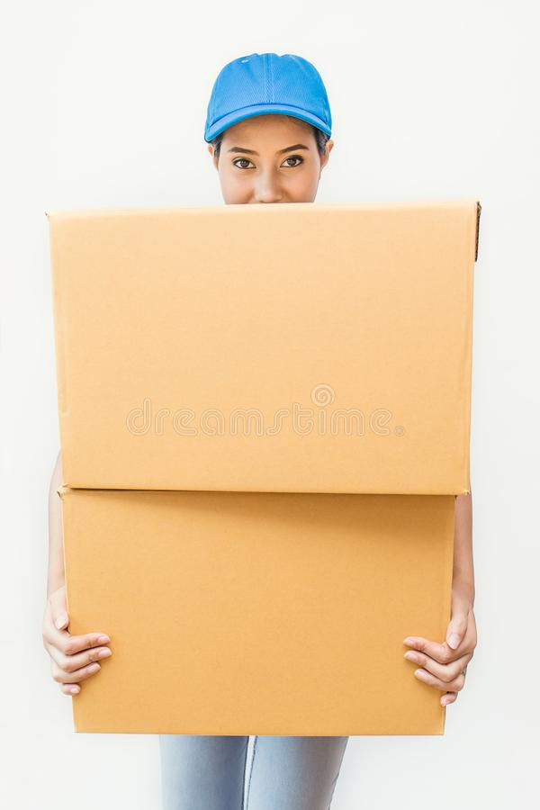 Portret szczęśliwa doręczeniowa azjatykcia kobieta ona ręki trzyma karton obrazy royalty free