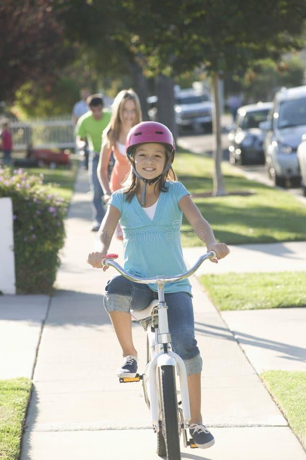 Portret Szczęśliwa dziewczyna Na bicyklu zdjęcie stock